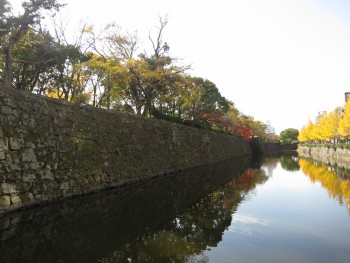 北内堀と石垣上の櫓(現在)