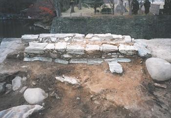 御橋廊下北側土塀基礎石組