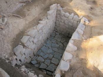 穴蔵(石組の地下室)(南東から)