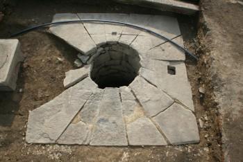 石組井戸(東から)